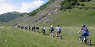 In mountain bike con le scuole altopiano castelluccio